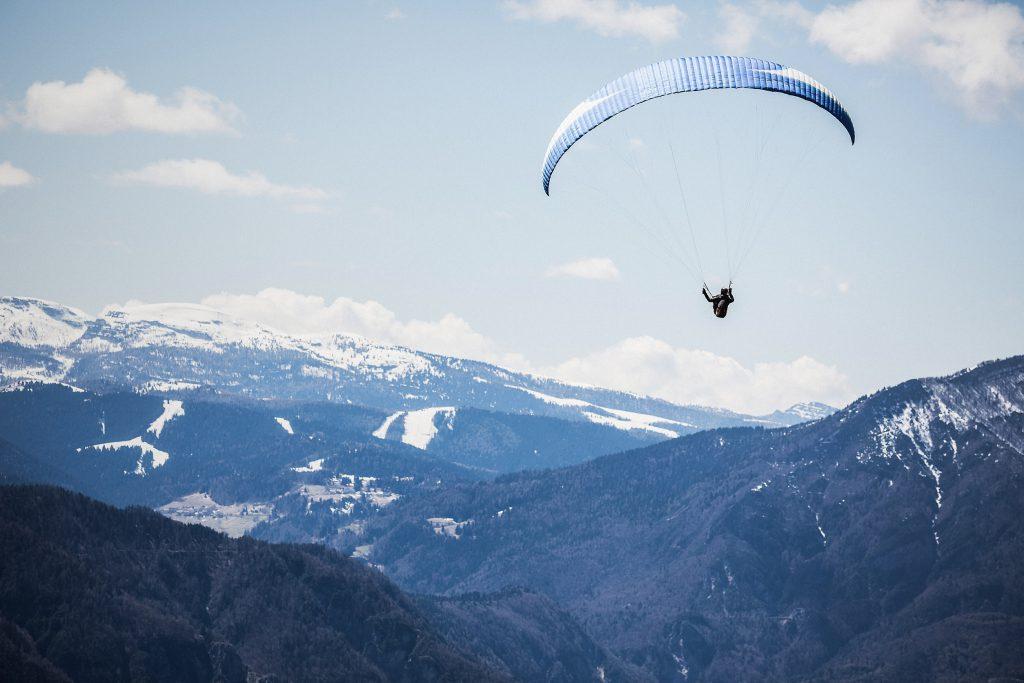 lot nad alpami skoczka na spadochronie