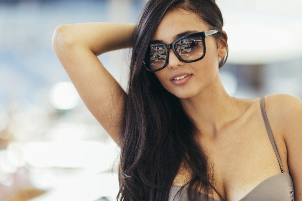 Piękna brunetka kobieta w bikini pozowanie na świeżym powietrzu