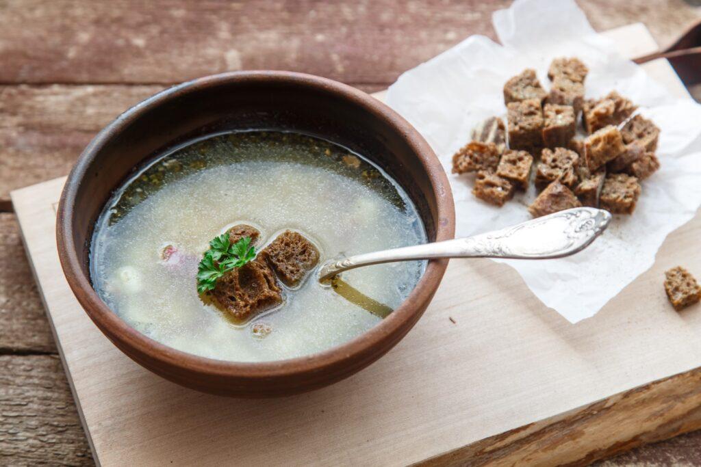 Miska zupy czosnkowej z grzankami. Tradycyjne danie czeskie i słowackie - chesnechka